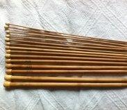 Billiga jumperstickor i bambu.